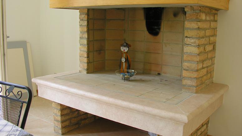 Realizzazioni piani cucina e rivestiementi per caminetti for Piani di fattoria in pietra
