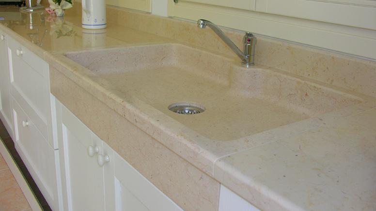 Realizzazioni piani cucina e rivestiementi per caminetti